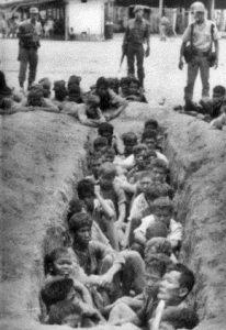 Foto orang-orang yang dituduh pengikut PKI siap di eksekusi
