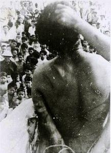 Sebelum dieksekusi korban pembantaian dipertontonkan dulu ke masyarakat