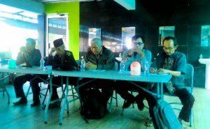 Ketua UMum YPKP'65 Bedjo Untung (tengah) diapit Pengurus YPKP'65 Pemalang [Foto: ypkp.doc]