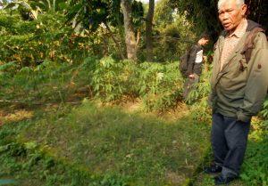 MASS-GRAVES: Ketua YPKP'65 Bedjo Untung dalam sebuah investigasi menunjukkan lokasi makam mantan Bupati Boyolali, Soewali; yang dituding PKI dan dibunuh di tempat ini; tanpa pengadilan [Foto: Humas YPKP'65-doc]