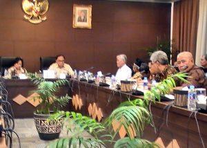 FORUM'65: Perwakilan Forum'65 tengah beriskusi dengan Sidarto Danusubroto di Kantor Wantimpres (25/8) di kompleks istana negara [Foto: Humas YPKP'65]