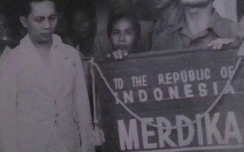 Perdana Menteri Indonesia Sutan Sjahrir bertemu dengan para ex-Digulis (bekas tananan politik pemerintah Hindia Belanda) di Cirebon, Maret 1946. Beberapa ex-Digulis menjadi sahabat sepenanggungan ketika Sutan Sjahrir dibuang ke Boven Digul tahun 1935-1936. Ketika Jepang menyerang pulau Papua, para tahanan Digul diungsikan oleh Belanda ke Australia selama hampir tiga tahun (pertengahan 1943 - Februari 1946). Setelah proses yan berliku dan berbelit, akhirnya mereka bisa diangkut ke Jawa. Di masa Revolusi Indonesia, Sutan Sjahrir banyak melakukan komunikasi dengan para tahanan komunis di Australia via radio gelap mengenai perkembangan Perang Dunia II. Informasi yang akurat inilah yang bisa mengantarkan Bangsa Indonesia akhirnya bisa memproklamasikan kemerdekaannya di tahun 1945 [Foto: Hasan Sobirin]