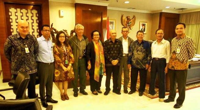 FOTO BERSAMA: Aktivis HAM dari IPT '65 bersama YPKP '65 berfoto bersama di ruang pertemuan Kantor Staf Presiden di kompleks Istana Negara [Foto: YPKP'65-Doc]