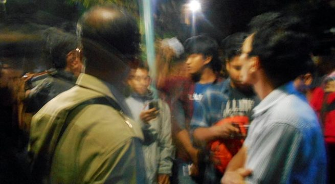 PEMBUBARAN: Beberapa intel polisi dan militer berpakaian preman menerobos masuk lokasi diskusi yang digelar PPMI di Albar Cafe, Malang (Jatim). Nampak intel polisi (pakaian abu-abu) menemui salah satu pembicara diskusi seusai menghentikan paksa [Foto: Doc]