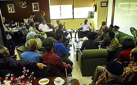 FORUM 65: Para delegasi organ korban kejahatan HAM rezim Soeharto menyampaikan petisi penolakan gelar pahlawan bagi Soeharto di Kantor Kemensos RI di Jakarta (27/10) [Foto: Humas YPKP 65]