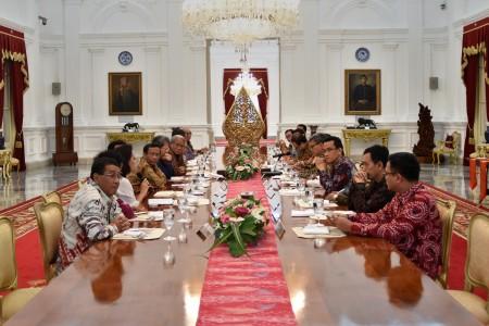 Pakar hukum bertemu dengan Presiden Joko Widodo dalam pertemuan yang membahas permasalahan hukum Indonesia, di Istana Merdeka, Jakarta, Kamis (22/9). Presiden mengundang 22 ahli dan pengamat bidang hukum untuk berkonsultasi mengenai reformasi hukum serta penataan kelembagaan Polri, Kejaksaan, KPK, serta Kementerian Hukum dan Hak Asasi Manusia (Kemenkumham). (ANTARA)