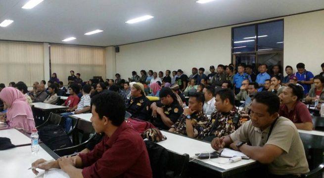 """PESERTA DISKUSI: Diskusi bertajuk """"Ekonomi Politik Indonesia Paska Peristiwa Gestok 65"""" di UGM (4/10) diwarnai cecaran kelompok Elemen Merah Putih [Foto: Alih Aji Nugroho]"""