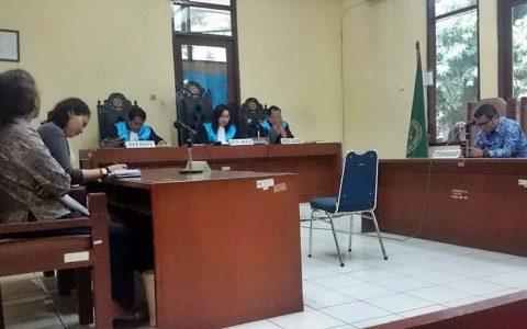 PUTUSAN: Ketua Majelis Hakim PTUN Jakarta Timur tengah membacakan putusan yang menolak seluruhnya gugatan panitia Belok Kiri Fest [Foto: Nez-Doc]