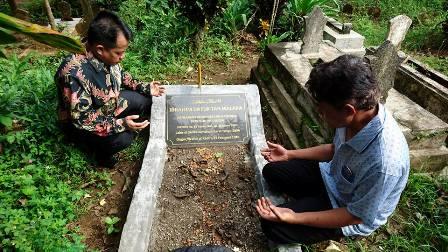 ZIARAH – Wakil Bupati Limapuluh Kota Ferizal Ridwan berdoa di makam Tan Malaka. Ferizal Ridwan, mendatangi langsung makam Tan Malaka di Desa Selopanggung, Kecamatan Semen, Kabupaten Kediri, Kamis (17/11).