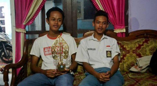 Dua pelajar SMAN 1 Rembang, Ilman Nafai dan Raeza Raenaldy. [Foto: Muhammad Ridlo/KBR]