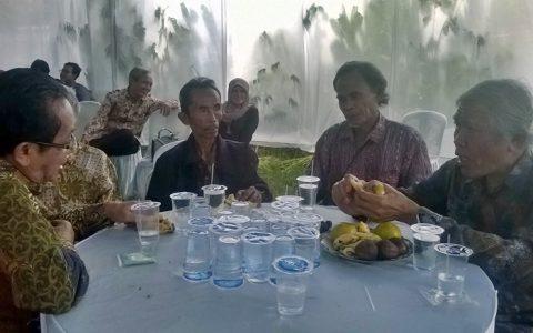 BEDJO UNTUNG: Ketua YPKP'65 Pusat, Bedjo Untung (paling kanan) menemui para korban Tragedi 65 Banten (3/12)  sekaligus sosialisasi hasil-hasil Konferensi Internasional bertema Rekonsiliasi Sejarah Indonesia1965. Tema ini menjadi perbincangan komunitas internasional [Foto: Humas YPKP]