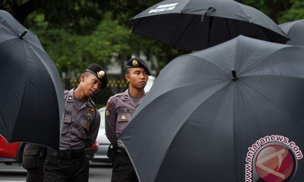 Polisi berjaga saat Jaringan Solidaritas Korban Untuk Keadilan (JSKK) melakukan aksi Kamisan ke-475 di depan Istana Merdeka, Jakarta, Kamis (5/1/2017). Aksi tersebut meminta Presiden Joko Widodo menuntaskan kasus-kasus pelanggaran HAM di Indonesia. (ANTARA FOTO/Hafidz Mubarak A.) ()