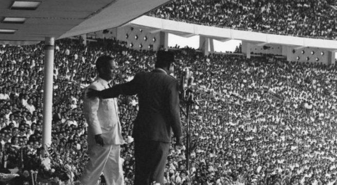 Perayaan ulang tahun Partai Komunis Indonesia dirayakan besar -besaran digelar, Presiden Sukarno terlihat mesra berdampingan dengan Ketua Partai Komunis Indonesia D.N Aidit pada 23 Mei 1965. wikipedia. org