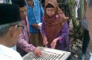 Nisan yang dipasang di kuburan massal di Semarang. Foto: Angling Adhitya Purbaya/detikcom