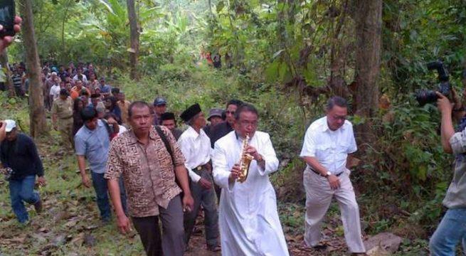 Romo A. Budi Purnomo mengiringi peletakan nisan kuburan massal korban tragedi 1965 di Plumbon, Semarang. Foto: Angling Adhitya Purbaya/detikcom