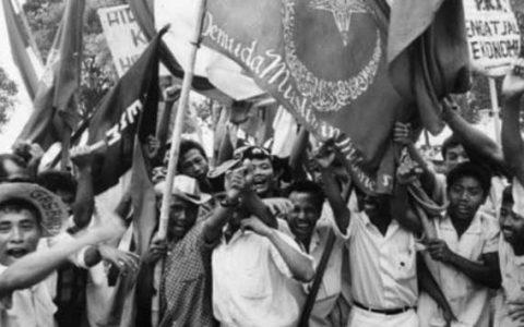 Kelompok mahasiswa di Jakarta tahun 1965 menuntut agar PKI dibubarkan. Kekisruhan politik pada 1965 membuat korban berjatuhan begitu banyak, meski belum ada catatan pasti hingga kini. Masyarakat Indonesia memperingati 49 tahun sudah kekerasan ini yang hingga kini belum ada penyelesaian oleh pemerintah. (BBC)