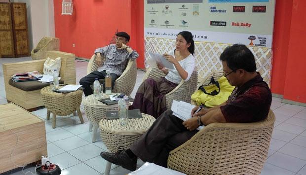 Suasana rapat kurator di kantor Ubud Writers and Readers Festival di Ubud, Bali. Tempo/Rofiqi Hasan