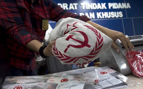 Rilis penangkapan tersangka penjual kaus berlogo palu arit di Bareskrim Polri, Jakarta. ANTARA FOTO/Rosa Panggabean