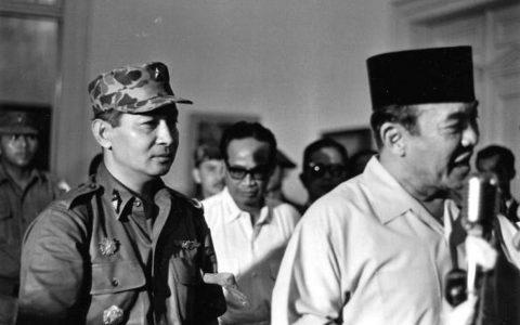 Soeharto dibelakang Sukarno, Maret 1966.  Foto: Beryl Bernay/gettyimages.com.