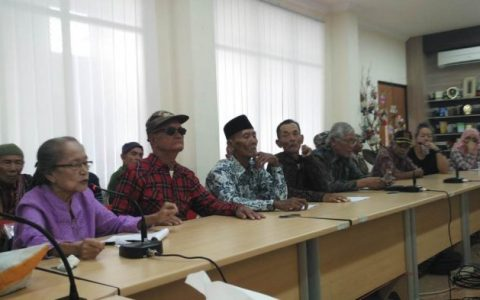 Sejumlah korban peristiwa 1965, menghadiri konfrensi pers dan diskusi terkait hasil penelitian International People's Tribunnal (IPT) 65, di kantor Komnas Anti Kekerasan Terhadap Perempuan, di Jakarta, Minggu (19/3/2017).