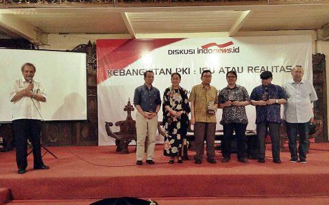 PEMBICARA: Para pembicara Diskusi Kebangkitan PKI: Isu atau Realitas?  (14/6) bergambar bersama di lokasi Balai Sarwono Jakarta Selatan [Foto: Marsiswo D]