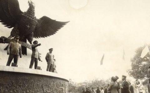 Suasana pada peringatan Hari Kesaktian Pancasila tahun 1989. Monumen Pancasila Sakti dibangun di kawasan Lubang Buaya, Jakarta Timur, di dekat sumur maut yang dijadikan tempat pembuangan mayat para perwira tinggi TNI AD korban pembunuhan pada awal Oktober 1965. Pelaku pembunuhan adalah prajurit-prajurit TNI AD menyusul peristiwa G30S yang terus menjadi kontroversi hingga sekarang. Setiap tahun di depan monumen tersebut dilaksanakan upacara bendera Hari Kesaktian Pancasila.(KOMPAS/KARTONO RYADI)