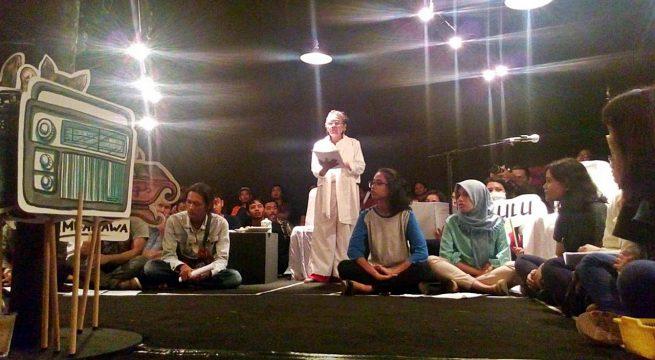 """TAMARA: Pementasan Repertoar """"Gejolak Makam Keramat"""" yang dimainkan Teater Tamara dengan metode sema'an oleh ibu-ibu Penyintas 65; sukses digelar Kamis (13/7) malam di Gedung Purna Budaya UGM, Yogyakarta [Foto: Devy Dc]"""