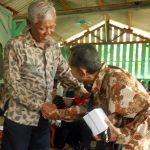BEDJO UNTUNG: Ketua YPKP 65 Pusat Bedjo Untung menyalami korban/ penyintas 65 saat berkunjung ke Kroya Desember 2016. [Foto: Humas YPKP 65]