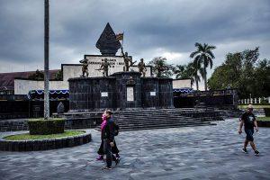Sebuah monumen di Yogyakarta, sebuah kota dekat museum, memperingati serangan Suharto dan pasukannya dalam perjuangan kemerdekaan melawan Belanda. [Kredit Ulet Ifansasti untuk The New York Times]