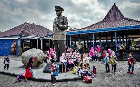 Museum Memorial Jenderal Suharto di Kemusuk, Indonesia, merayakan mantan diktator tersebut sebagai ayah yang baik dan pembangun bangsa yang heroik. [Foto Kredit : Ulet Ifansasti untuk The New York Times]