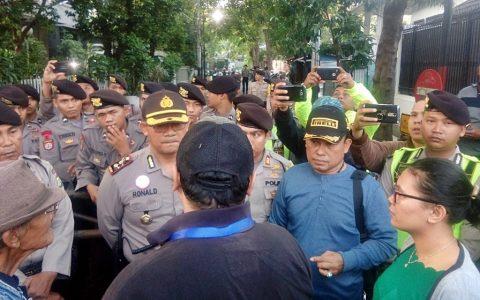BLOKADE: Kapolsek Menteng memimpin langsung tindakan blokade gedung LBH Jakarta. Nampak Ronald Purba menghalangi panitia dan peserta seminar yang tertahan di luar lokasi [Foto: Set]