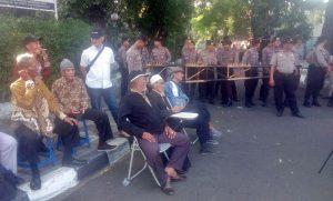 Peserta lansia yang tertahan di luar pagar gedung LBH Jakarta [Foto: Set]