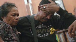 Alberto Muhammad -salah seorang dari dari 4.000 anak Timor Leste yang dipisahkan secara paksa dari keluarga- menangis saat bertemu kakaknya, Markita Ximenes, setelah terpisah 32 tahun