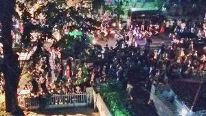 A. ✔ @alldofj Mohon doa dan bantuan untuk keselamatan semua orang. @LBH_Jakarta digeruduk massa tak dikenal. Ratusan orang masih di dalam gedung. 10:31 PM - Sep 17, 2017