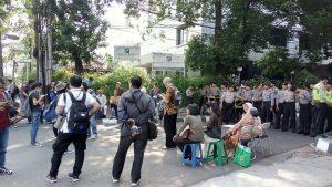 Panitia dan peserta Seminar Pengungkapan Kebenaran Sejarah 65/66 yang tertahan dan dilarang memasuki gedung YLBHI oleh polisi [Dok. Forum 65]