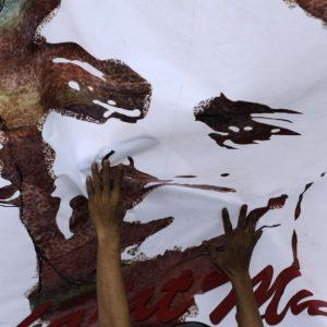 "AFP/GETYY IMAGES Wajah Munir kini kerap terlihat di sudut berbagai kota di Indonesia, dalam bentuk poster maupun mural. Gambar itu kerap disertai tulisan, ""Ada dan berlipat ganda."""