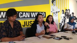 Keluarga korban penghilangan paksa dan para pegiat hak asasi manusia menuntut pemerintah memenuhi janji menyelesaikan kasus orang hilang.