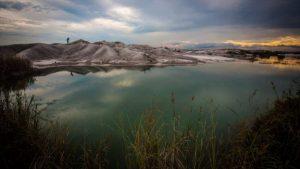AFP/GETTY IMAGES Image caption Kelompok masyarakat sipil kerap menolak penambangan emas dengan alasan kerusakan lingkungan. Bekas lubang tambang, seperti yang dipotret di Pontianak, Kalimantan Barat ini misalnya, berpotensi menjadi sumber penyakit.