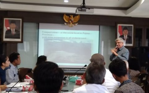 "Greg Poulgrain, sejarawan University of Sunshine Coast, Brisbane, Australia, dalam acara bedah bukunya, ""The Incubus of Intervention"", di Lembaga Ilmu Pengetahuan Indonesia (LIPI), Jakarta, 5 September 2017.  Foto: Nur Janti/Historia."