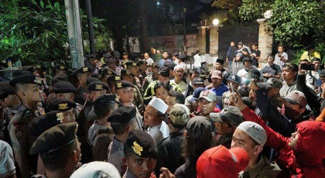 Puluhan massa mengepung kantor Yayasan Lembaga Bantuan Hukum Indonesia (YLBHI) di kawasan Menteng, Jakarta Pusat, pada Minggu (17/9/2017) hingga Senin (18/9/2017) dini hari. Awalnya, sekitar pukul 21.30, puluhan massa tanpa spanduk dan atribut aksi menggelar unjuk rasa di depan kantor YLBHI. Mereka berorasi, meminta pihak YLBHI menghentikan acara yang digelar di dalam gedung sejak sore. Mereka menuding acara tersebut merupakan sebuah diskusi soal kebangkitan Partai Komunis Indonesia (PKI). Tidak hanya berorasi, mereka juga meminta untuk masuk ke dalam kantor YLBHI Ganyang PKI! Ganyang PKI, teriak puluhan massa aksi itu.(KOMPAS.com/Kristian Erdianto)