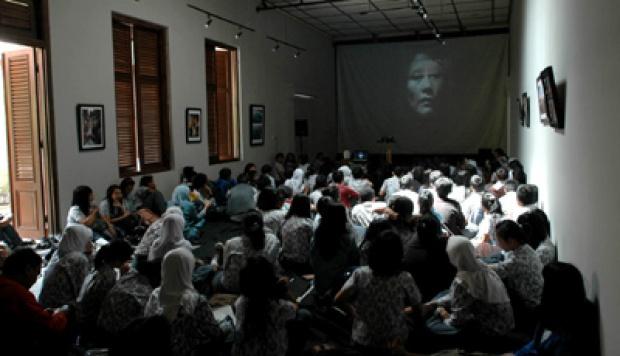Siswa siswi SMAN 9 Bandung nonton bareng film Pengkhianatan G30S PKI, di Gedung Indonesia Menggugat. TEMPO/Prima Mulia.