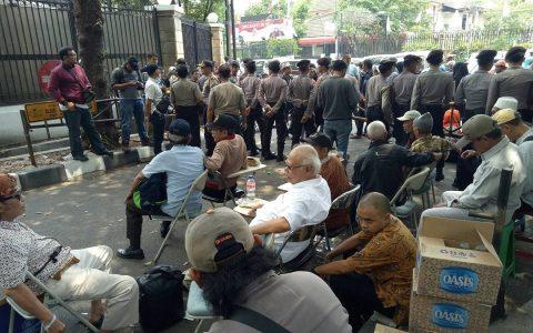 LBH JAKARTA ✔ @LBH_Jakarta Update situasi di depan Gedung YLBHI/LBH Jakarta. Para lansia masih belum diperbolehkan masuk oleh aparat kepolisian 1:00 PM - Sep 16, 2017