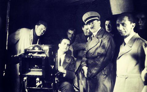 Adolf Hitler dan Joseph Goebbels melihat pembuatan film di Ufa, 1935. FOTO/Deutsches Bundesarchiv/Wikimedia Commons