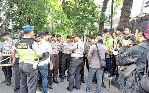 Blokade polisi di depan gerbang kantor YLBHI, Jakarta Pusat, menolak acara seminar Sejarah Pengungkapan Kebenaran 1965/1966 (16/09/2017). FOTO/Forum 65