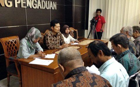 KOMNAS HAM: Komisioner Komnas HAM, Nurkhoiron menerima aduan (24/10) YPKP 65 di kantornya, Jl Latuharhary Jakarta [Foto: Humas YPKP 65]