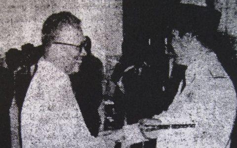 Siauw Giok Thjan (kiri) bertemu dengan Presiden Soekarno di tahun 1960.  Foto: Istimewa