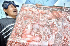 Sebagian kalangan menganggap Soeharto memanfaatkan G30S untuk merebut kekuasaan, dan sesudahnya melakukan pembasmian terhadap para simpatisan komunis dan kalangan kiri, termasuk pembunuhan ratusan ribu orang. [GETTY IMAGES]