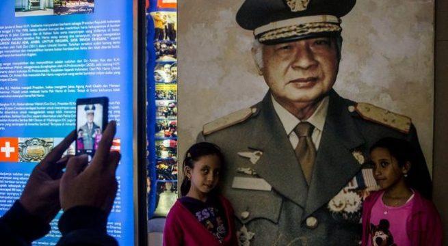 Foto besar di Museum Soeharto di Yogyakarta, Indonesia. (GETTY IMAGES]