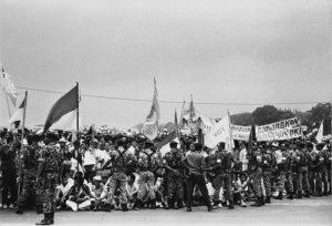 Prajurit TNI berjaga di depan Istana Bogor, saat sejumlah mahasiswa yang berusaha mendekati Presiden Soekarno. [KEYSTONE/GETTY IMAGES]
