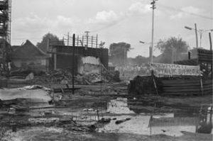 Markas Partai Komunis Indonesia (PKI) di Jakarta, pada 8 Oktober, hancur lebur oleh amukan massa, menyusul Peristiwa G30S. [GETTY IMAGES]
